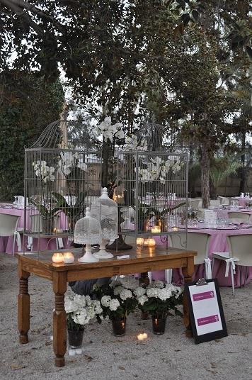 Mesa con decoración floral